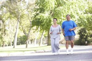 Una pareja madura corriendo, manteniendo su salud.